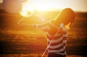 chica sol globos campo-1
