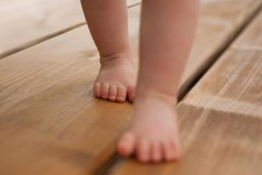 bebe-pisa-chueco